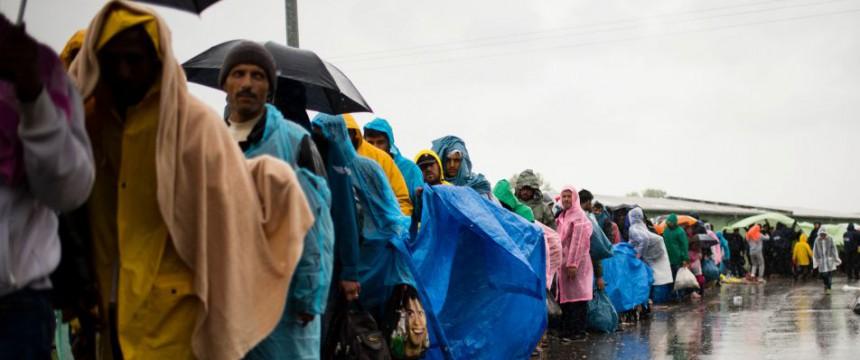 Einwanderer stehen in Kroatien in einer Schlange: Frontex registriert eine Versechsfachung illegaler Grenzübertritte Foto:  picture alliance / dpa