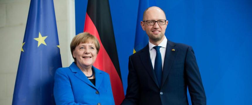 Angela Merkel und Arseni Jazenjuk: Regierungskrise in der Ukraine Foto: dpa