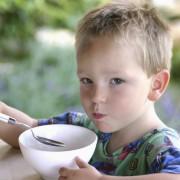 Essendes Kind (Symbolbild): Schweinefleisch gestrichen Foto:  picture alliance/Photoshot