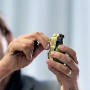 Ermittler mit Modell einer Handgranate: Vier Festnahmen Foto: dpa