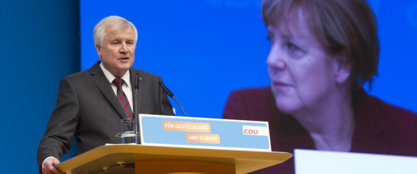 Horst Seehofer: Scharfe Kritik an der Asylpolitik  Foto:  picture alliance