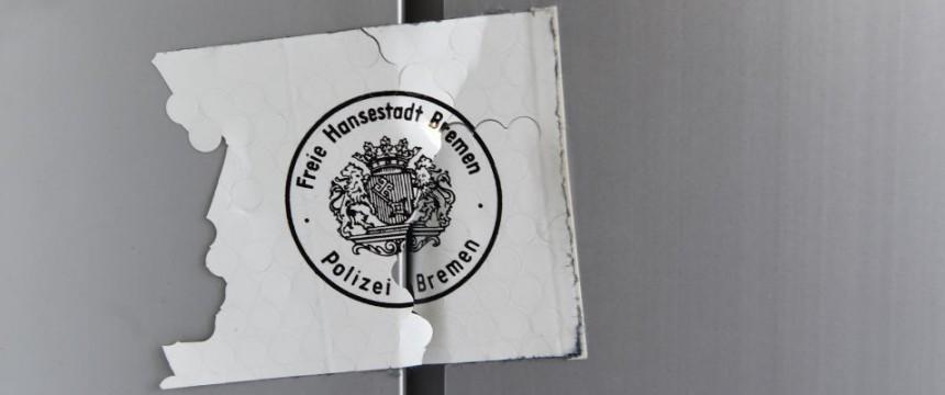 Polizeisiegel an der Tür zum Islamischer Förderverein Bremen: Innensenator verbietet Verein Foto: dpa