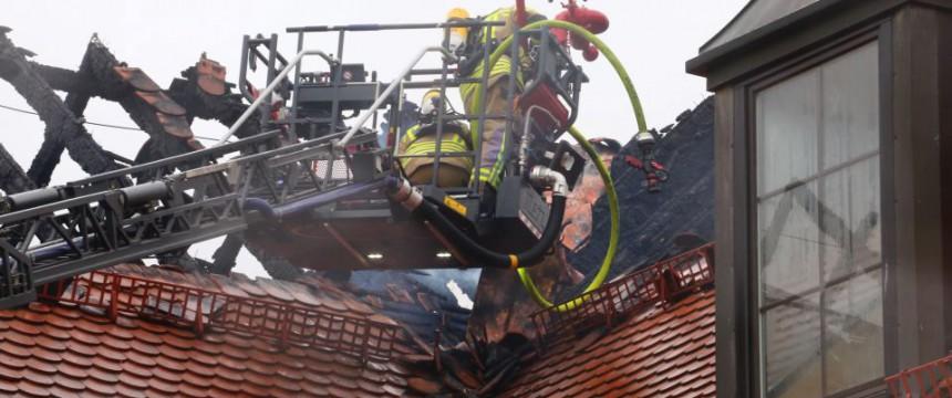 Feuerwehrmänner sichern Brandstelle in Bautzen: Keine rechtsfreien Räume - auch für illegale Einwanderer Foto:  picture alliance / dpa
