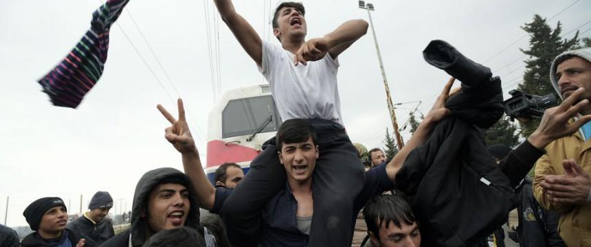 Asylsuchende in Idomeni: Polizei setzt Tränengas ein Foto:  picture alliance/ZUMA Press