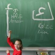 Schulkind übt arabische Schriftzeichen Foto: picture alliance/ZB/dpa
