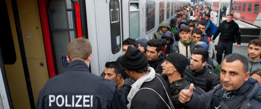 Flüchtlinge in Passau besteigen einen Sonderzug nach Düsseldorf Foto: picture alliance/dpa