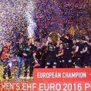 Die deutsche Handballnationalmannschaft feiert den EM-Titel in KrakauFoto:  picture alliance/Perenyi