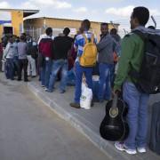Afrikansiche Flüchtlinge an einem ägyptischen Grenzübergang zu Israel Foto: picture alliance/dpa