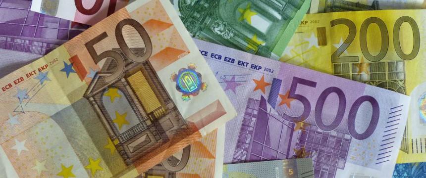 Geldscheine: 100 Millionen im Jahr Foto: picture alliance/chromorange
