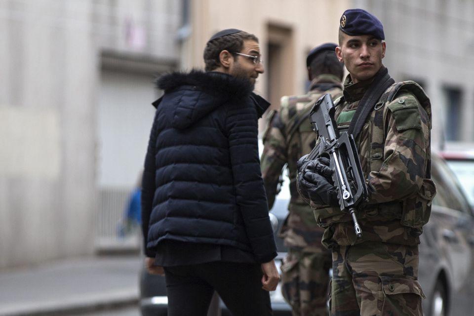 Sicherheitskräfte vor Synagoge in Paris