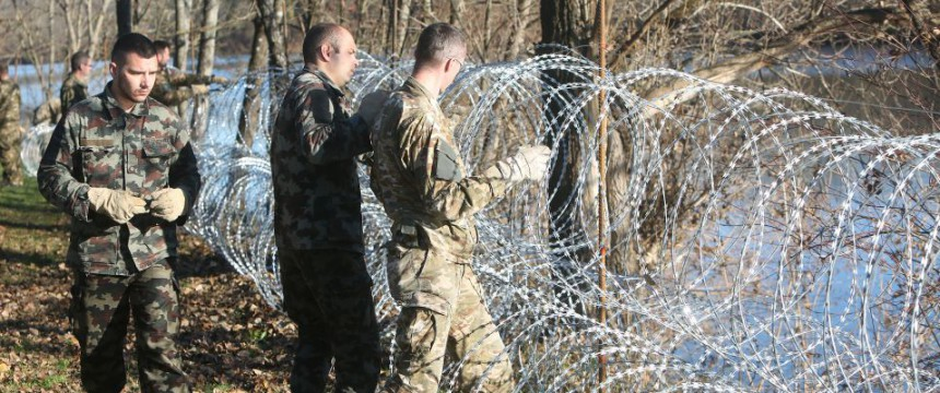 Slowenische Soldaten bauen Zaun (2015): Balkanroute dicht Foto:  picture alliance