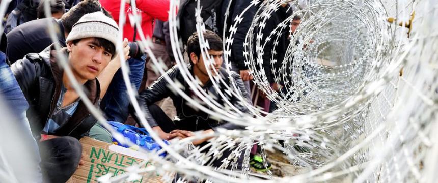 Asylinteressierte an der griechisch-mazedonischen Grenze: Verschenken Flüchtlingsorganisationen Bolzenschneider? Foto: picture alliance / dpa