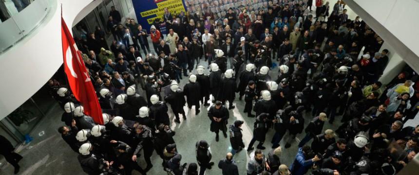 Von der Polizei besetztes Zaman-Verlagsgebäude: Eine weitere regierungskritische Zeitung unter Aufsicht gestellt Foto: picture alliance / abaca