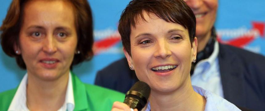 Frauke Petry bei der AfD-Wahlparty in Berlin, links Beatrix von Storch Bild: picture alliance dpa
