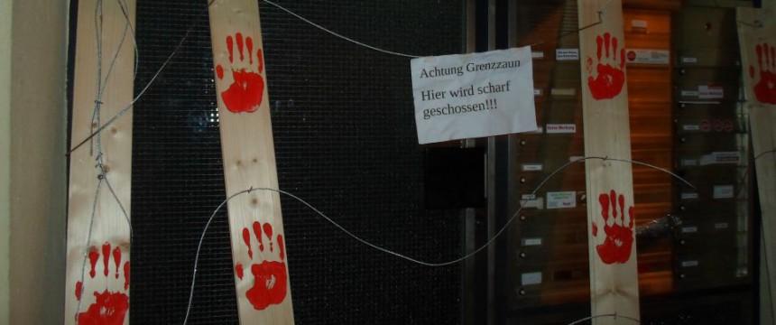 Symbolischer Grenzzaun vor dem Wohnaus des AfD-Politikers Foto: Indymedia