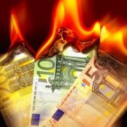 Brennende Euro-Scheine: Die kleinen Leute zahlen, die Gutverdiener profitieren Foto:  picture alliance/chromorange