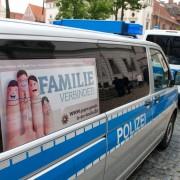 Polizeiwagen schützt Clanprozeß in Lüneburg Foto: dpa