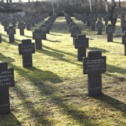 Soldatenfriedhof in Österreich: Kriegsgräberfürsorge ermöglicht Suche in sechs Sprachen Foto: picture alliance / chromorange