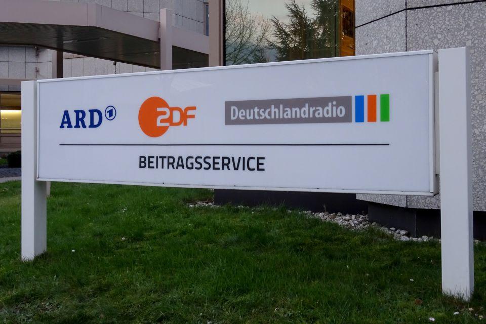 Schild Beitragsservice, ARD, ZDF, Deutschlandradio in Köln