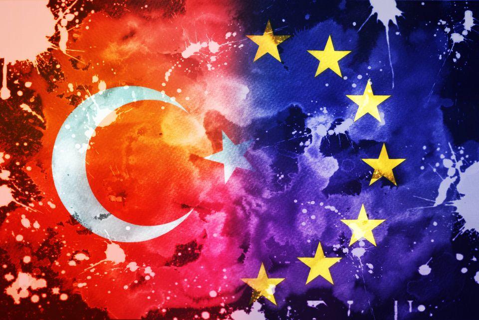 Flagge der EU und der Türkei
