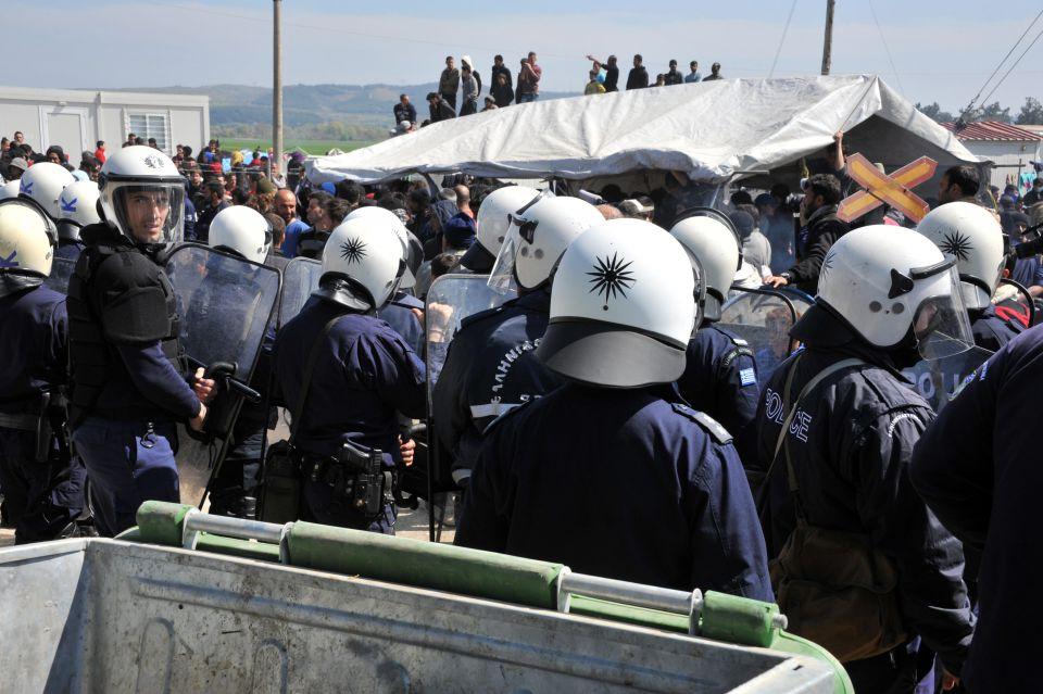 Flüchtlinge attackieren Polizisten mit Steinen