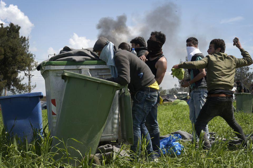 Asylsuchende werfen Steine