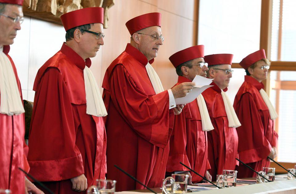 Richter verkünden das Urteil