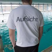 Bademeister am Schwimmbecken: Erneut kam es in Hallenbädern zu Sexualattcken auf Minderjährige Foto: picture alliance/dpa