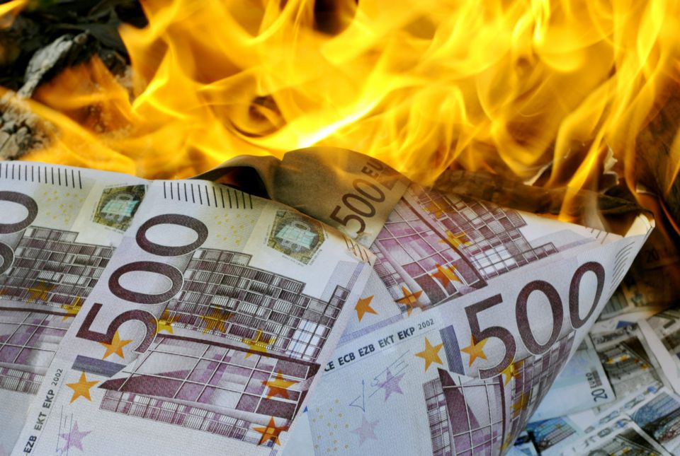 Brennende Euro-Banknoten