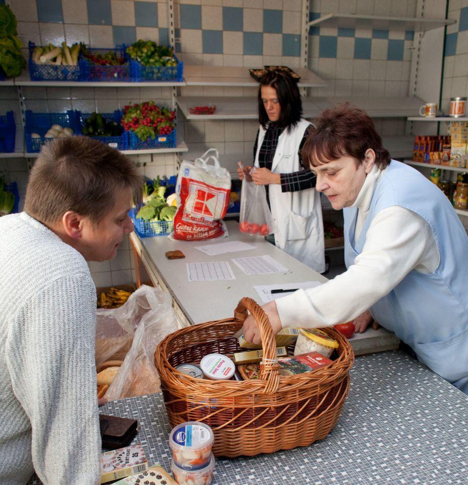Tafel nimmt wegen Asylsuchenden keine neuen Kunden auf = Deutsche verhungern, Asylsuchende haben vorrang