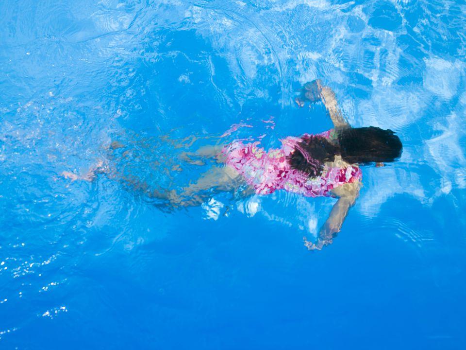 Mädchen in Schwimmbad