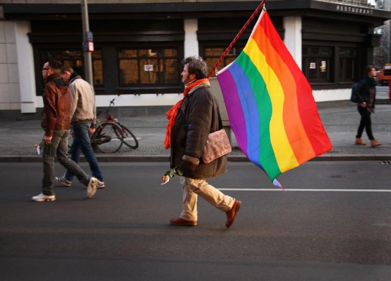 Mann mit Regenbogenflagge