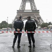 Polizisten vor dem Eifelturm (Archiv): Angst vor Terror Foto: dpa