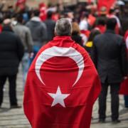 Mann mit türkischer Flagge: Ihre Regierung will Visafreiheit Foto: (c) dpa