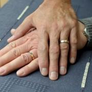 Zwei homosexuelle Männer legen die Hände übereinander: Kritik von den Pietisten Foto: dpa
