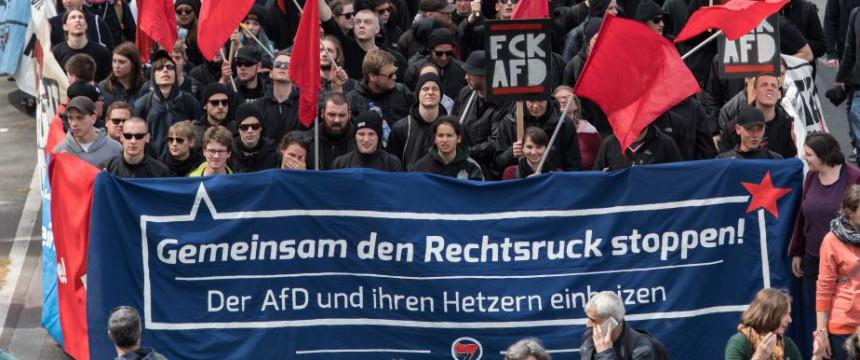 Linksextremisten demonstrieren gegen den AfD-Parteitag in Stuttgart Foto: picture alliance/dpa