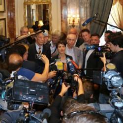 AfD-Chefin Frauke Petry umringt von Journalisten: großes Medieninteresse Foto: JF