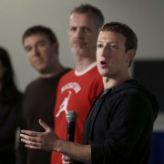 Marc Zuckerberg und Facebook-Manager Tom Stockey (2.v.l.) Foto: picture alliance/AP Photo
