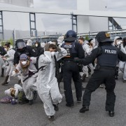 Polizisten gehen gegen militante Braunkohle-Gegner in Schwarze Pumpe vor Foto: picture alliance/NurPhoto