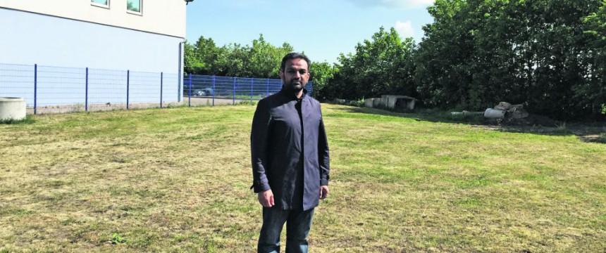 Suleman Malik auf dem Baugrundstück in Erfurt: Minarett so hoch wie eine Straßenlaterne Foto: JF / Ahmadiyya Muslim Jamaat