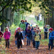 Kindergartengruppe bei einem Ausflug: Kinder brauchen klare Grenzen Foto: picture alliance / ZB