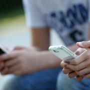 Smartphones sind für viele Jugendliche wichtiger Teil ihres Lebens Foto: picture alliance/maxppp