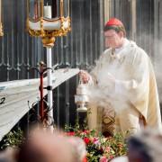 Der Kölner Erzbischof Rainer Maria Woelki vor seinem zum Altar umfunktionierten Flüchtlingsboot Foto: picture alliance/dpa