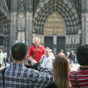 Touristen vor dem Kölner Dom Foto: dpa - Report