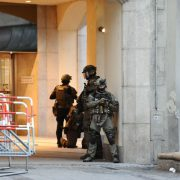 Spezialkräfte sichern das Gelände in der Münchener Innenstadt nach der Schießerei Foto: Picture-Alliance/Andreas Gebert