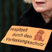Demonstrantin gegen den Verfassunggschutz (Archivbild): Rückt die AfD ins Visier der Schlapphüte? Foto:     picture alliance / dpa