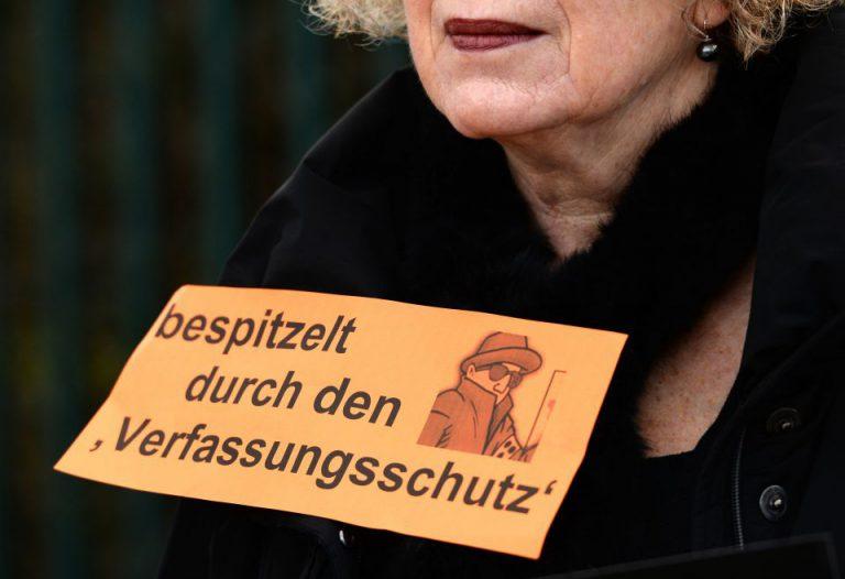 Demonstrantin gegen den Verfassunggschutz