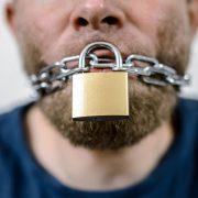 Verschlossener Mund: Hausdurchsuchungen als erzieherische Maßnahme gegen kritische Bürger Foto:     picture alliance / ZB