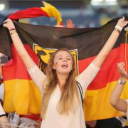 Deutschland-Fahne: Frauen  jubeln der Fußball-Nationalmannschaft zu  Foto: picture alliance