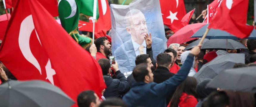 Türken-Demo in Hamburg nach dem Putschversuch: Erdogan-ANhäner mobilisieren Foto: dpa